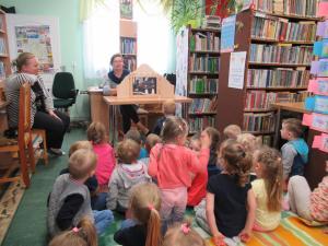 Jeżyki w bibliotece.